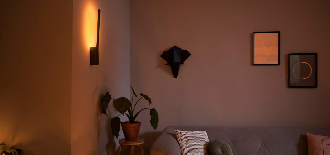 De Hue Liane is een wandlamp met alle kleuren en wit tinten