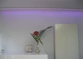 Philips Hue ledstrip bevestigd aan het plafond