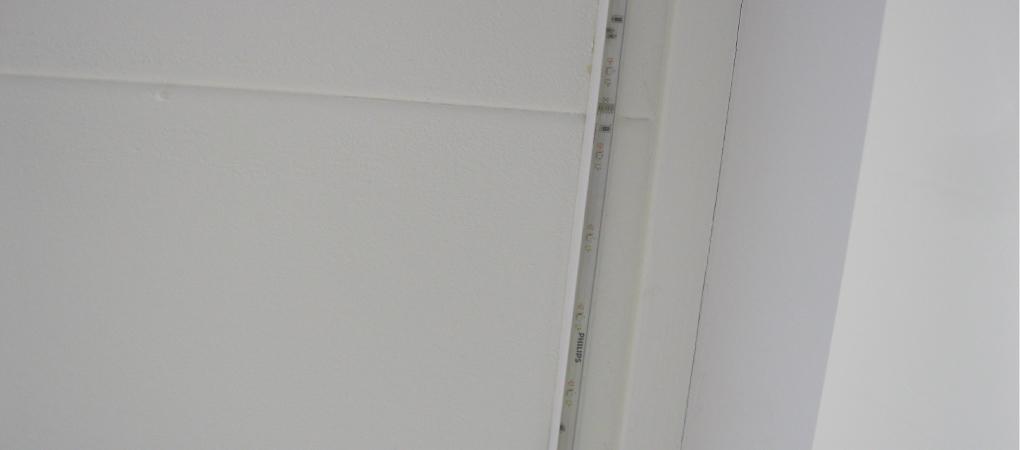 strip in hoekprofiel aan het plafond
