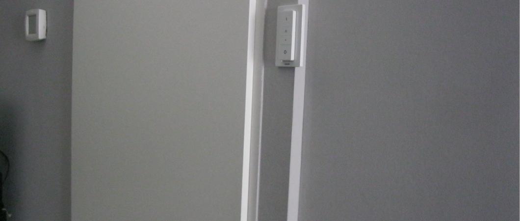 philips hue dimmer review - magentisch op stucprofiel